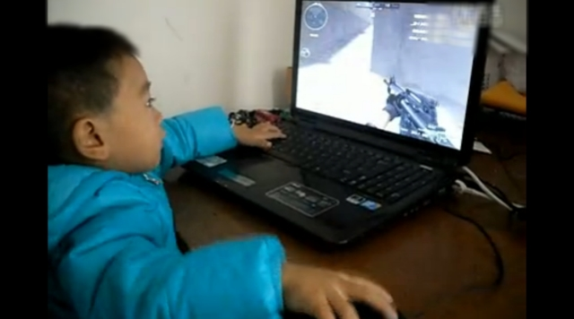 中国で2歳のFPSゲーマー現る。動画再生数60万回