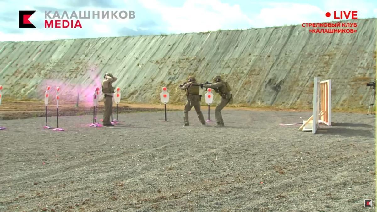 【恐ロシア】ロシアの銃制作会社、向かい合って射撃など狂気の生配信デモンストレーション